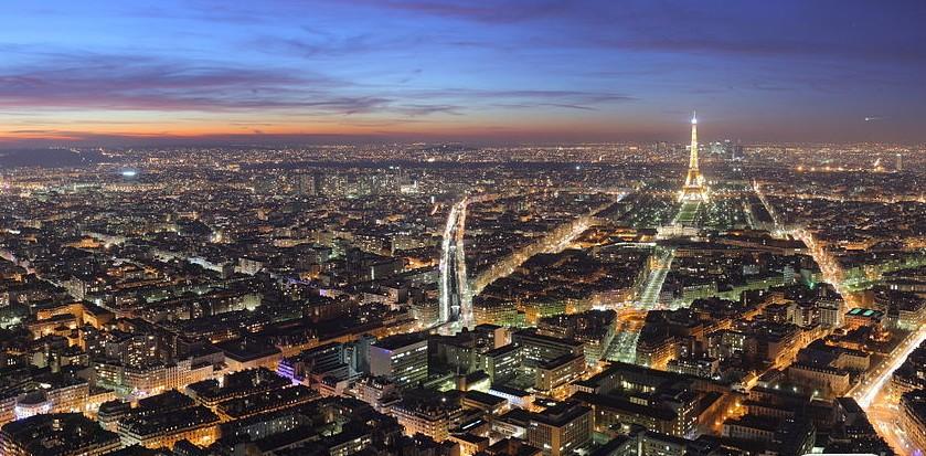 法国首都巴黎(Paris)是欧洲大陆上最大的城市,也是世界上最繁华的都市之一。巴黎是法国文化、教育事业的中心,也是世界文化名城。法国著名的法兰西学院、巴黎大学、综合工科学校、高等师范学校、国立桥路学校以及国家科学研究中心等均设在巴黎。巴黎有75个图书馆,其中国立图书馆规模最大。该馆创建于13641380年,藏书1000万册。巴黎拥有50个剧场,200个电影院,15个音乐厅。巴黎歌剧院是世界上面积最大的歌剧院,位于市中心的奥斯曼大街,占地11万平方米,整个建筑兼有哥特式和罗马式的风格。  巴黎的街头艺术